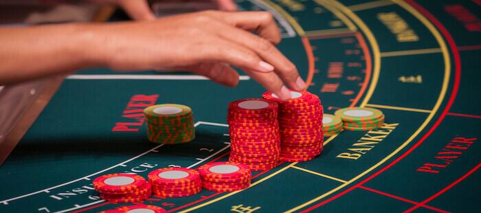 カジノテーブルとチップ